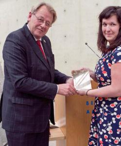 De commissaris van de koning van Zuid-Holland, Jaap Smit overhandigd Rachelle de trofee.
