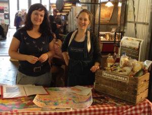 Rachelle Eerhart met collega promoten Rechtstreex, bij de Fenix Food Factory.